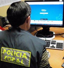 Un agente del Grupo de Delitos Informáticos de la Policía Foral en una investigación sobre redes sociales