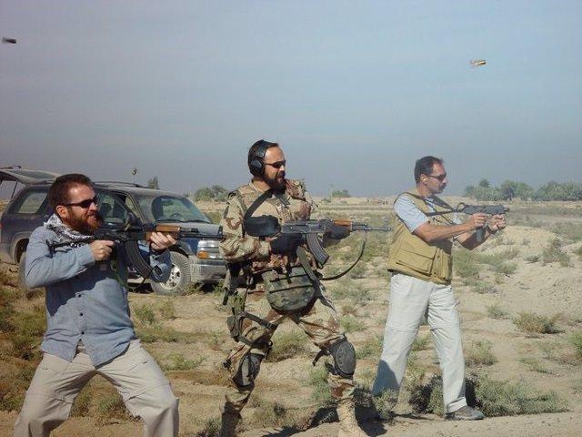 Los agentes del CNI Carlos Baró (izquierda) y Alfonso Vega (derecha) junto a un uniformado (centro) en unas prácticas de tiro en Irak