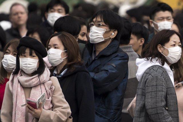 Ciudadanos llevan mascarillas ante la amenaza del coronavirus.