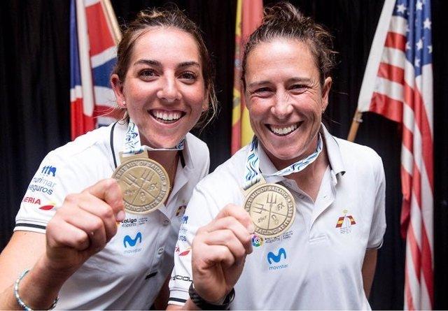 Las regatistas españolas Támara Echegoyen y Paula Barceló posan con sus medallas de campeonas del mundo de la clase 49er FX