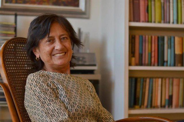 La presidenta de la Fundación Miguel Delibes, Elisa Delibes, posa en la mecedora de su padre.