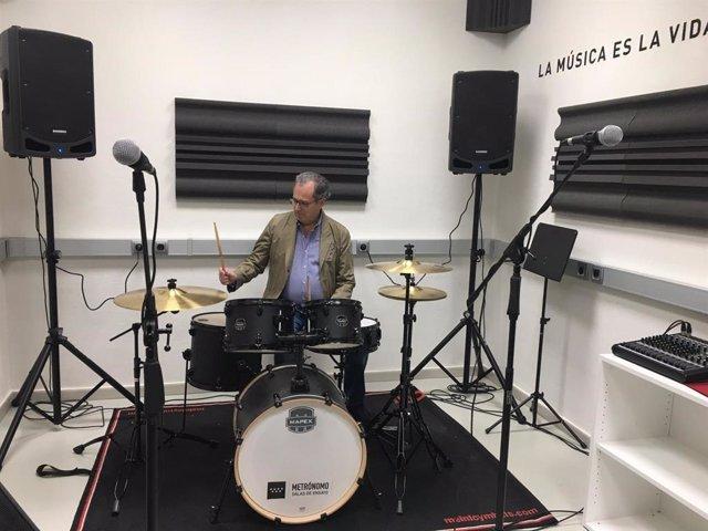 El consejero de Eduación, Enrique Ossorio, en una sala de ensayo de música del Metro de Madrid