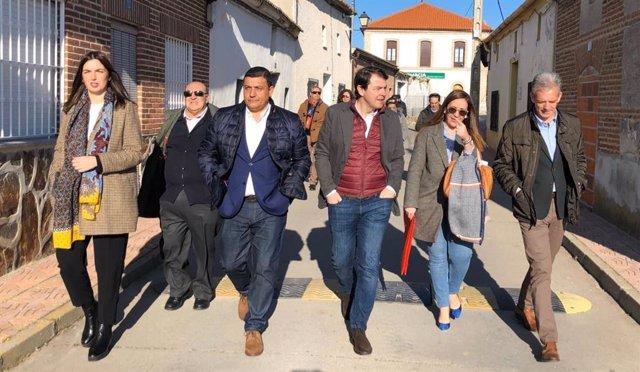 El presidente de la Junta de Castilla y León, Alfonso Fernández Mañueco, durante un paseo por la localidad abulense de Adanero.