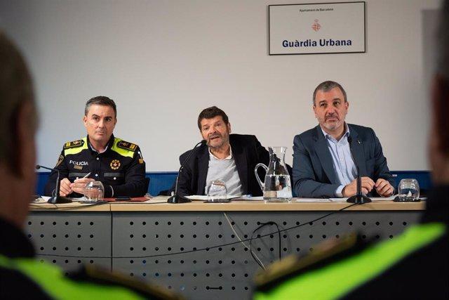 El cap de la Guàrdia Urbana Pedro Velázquez, el tinent d'alcalde de Seguretat de Barcelona Albert Batlle i el primer tinent d'alcalde de Barcelona Jaume Collboni en la presentació del nou model de servei i gestió, 15 de febrer del 2020