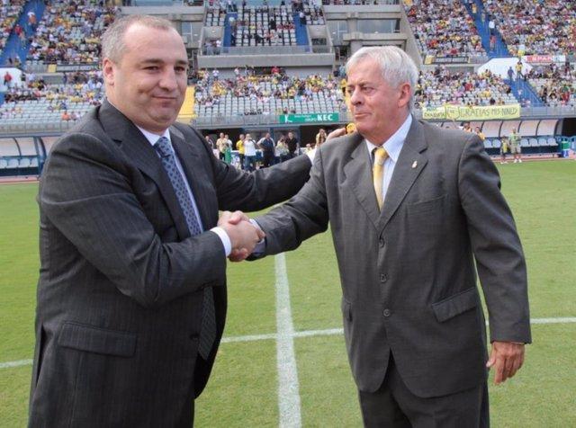 El presidente de la UD Las Palmas, Miguel Ángel Ramírez, junto al exjugador José Manuel León