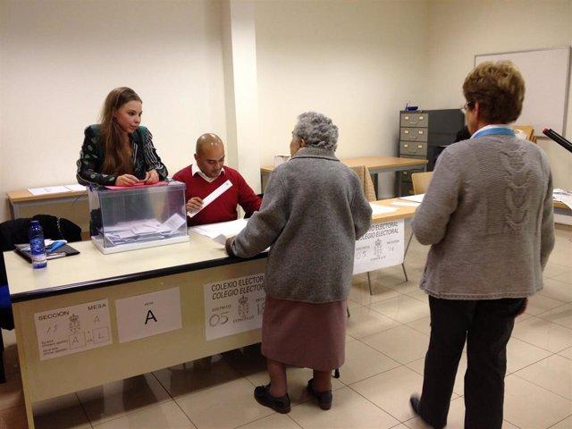 Personas mayores votan en  Galicia en las elecciones autonómicas de 2012