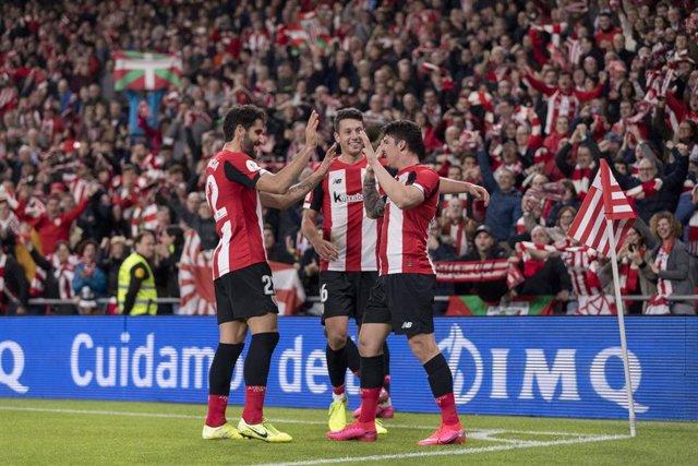 Varios jugadores del Athletic Club celebran un gol.
