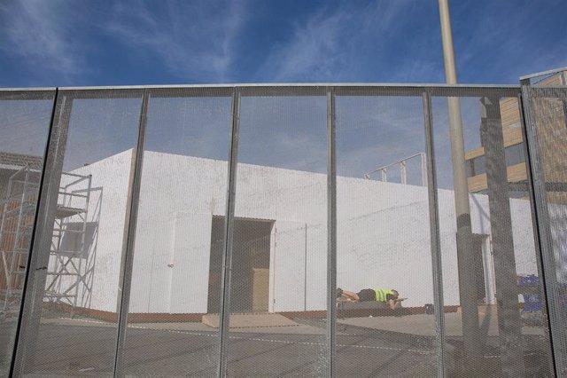 Un treballador descansa en el recinte del Mobile World Congress (MWC) durant el desmantellament dels stands després de la cancellació de la fira el coronavirus i les anullacions d'empreses, a Barcelona/Catalunya (Espanya) a 13 de febrer del 2020.