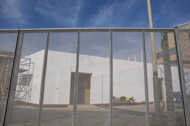 Un treballador descansa en el recinte del Mobile World Congress (MWC) durant el desmantellament dels stands després de la cancel·lació de la fira el coronavirus i les anul·lacions d'empreses, a Barcelona/Catalunya (Espanya) a 13 de febrer del 2020.