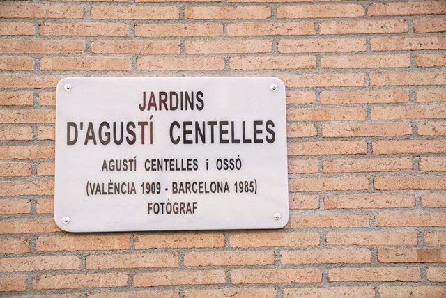 Placa descoberta en la inauguració dels jardins dedicats al fotoperiodista Agustí Centelles, a Barcelona.