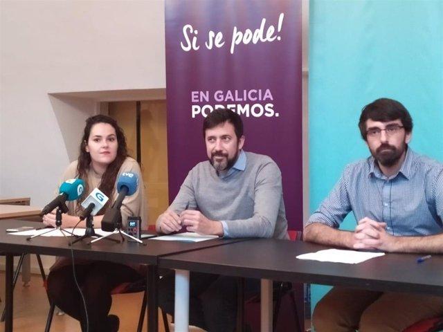 El secretario xeral de Podemos Galicia y diputado de En Común, Antón Gómez-Reino, y los parlamentarios de Común da Esquerda Luca Chao y Marcos Cal