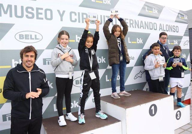 Fernando Alonso con varios de los competidores.