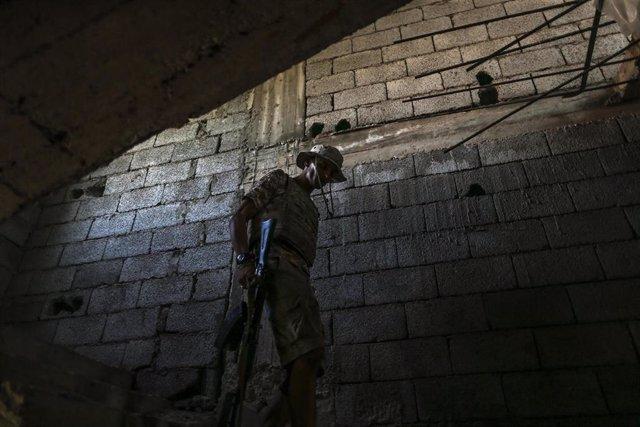 Imagen de un combatiente leal al Gobierno de Unidad Nacional libio en Trípoli