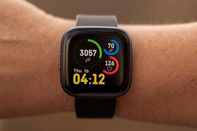 Imagen de un reloj contador de pasos en la muñeca de una persona.