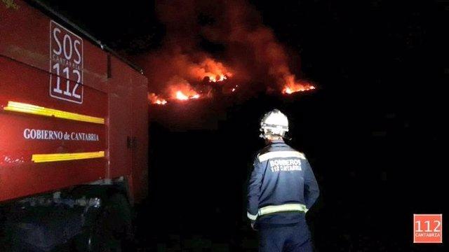 Campollo, Vega de Liébana. Bomberos sofocan un incendio forestal a 200 metros del pueblo