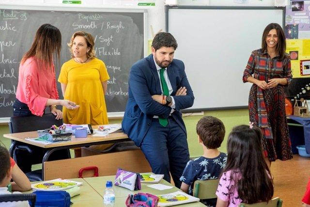 El presidente de la Región de Murcia, Fernando López Miras, durante una visita a un colegio.