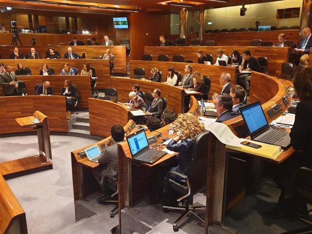 Adrián Barbón interviene en un Pleno.