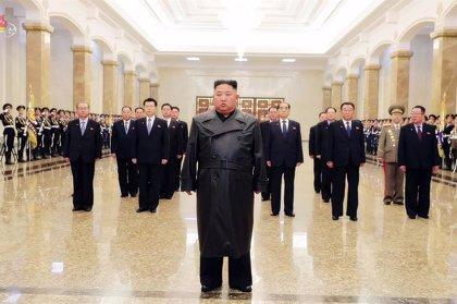 Corea.- Kim Jong Un realiza su primera aparición pública después de tres semanas para visitar el mausoleo familiar