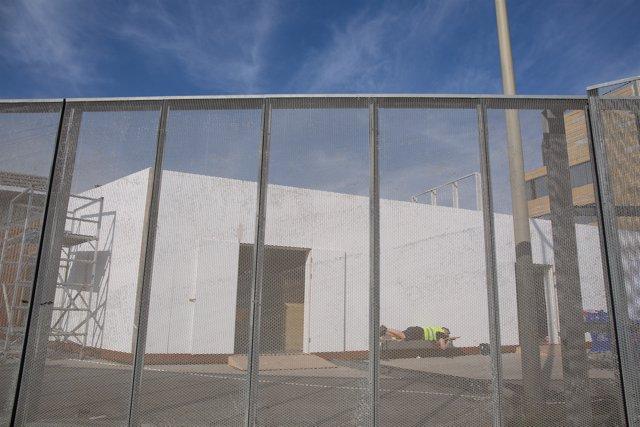 Un trabajador descansa en el recinto del Mobile World Congress (MWC) durante el desmantelamiento de los stands tras la cancelación de la feria por la crisis del coronavirus y las anulaciones de empresas, en Barcelona/Catalunya (España).