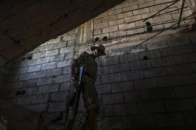 Imatge d'un combatent lleial al Govern d'Unitat Nacional libi a Trípoli