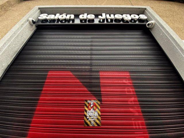 Un cartel que dice '¡Fuera las casas de apuesta de nuestros barrios!' en el cierre de un local de apuestas de la Calle Bravo Murillo, en Madrid (España) a 21 de enero de 2020.