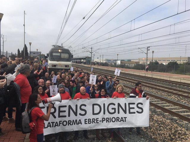 Manifestantes de la plataforma 'Trenes Dignos' saltan a las vías de la estación L'Aldea-Tortosa-Amposta (Tarragona).