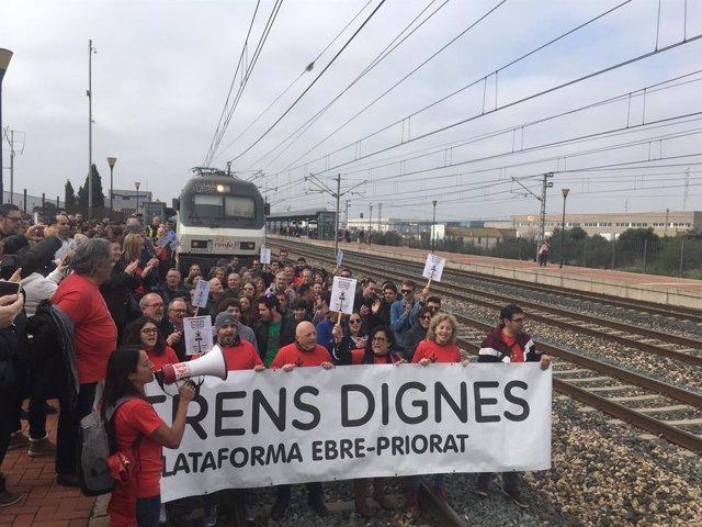 Manifestants de la plataforma 'Trens Dignes' salten a les vies de l'estació l'Aldea-Tortosa-Amposta (Tarragona).