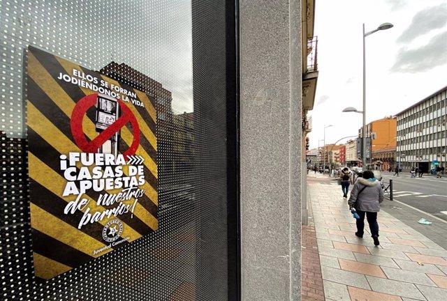 Un cartel que dice '¡Fuera las casas de apuesta de nuestros barrios!' en un cristal de un local de la Calle Bravo Murillo, en Madrid (España) a 21 de enero de 2020.