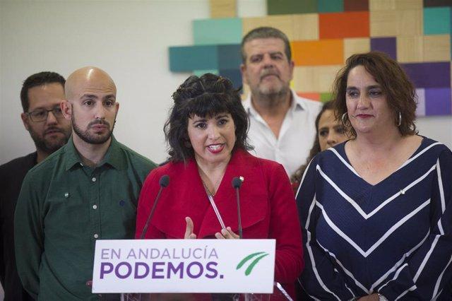 La coordinadora de Podemos Andalucía y portavoz de Adelante Andalucía, Teresa Rodríguez (c), durante su intervención en rueda de prensa acompañada de su equipo. En la sede de Podemos Andalucía. En Sevilla, a 13 de febrero de 2020.