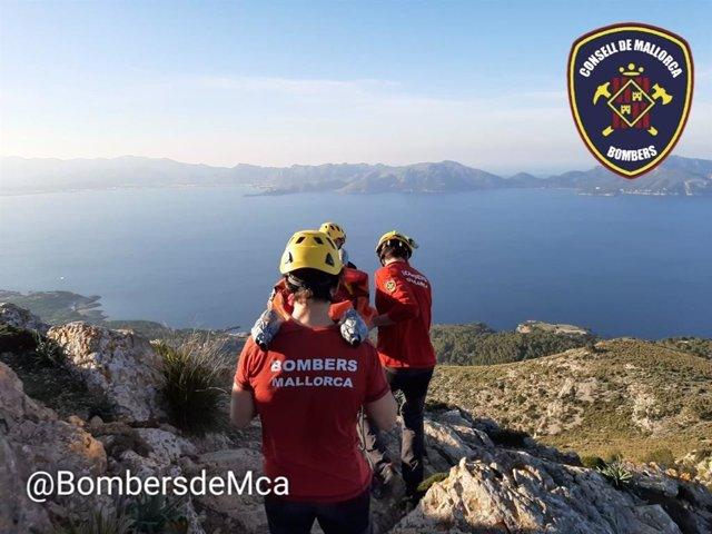 Bomberos de Mallorca rescata a una excursionista que ha sufrido un fuerte golpe en el hombro en Alcúdia.