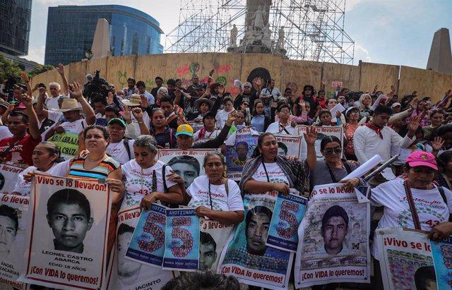 México.- Desalojan con gas lacrimógeno a estudiantes y familiares de los 43 desa