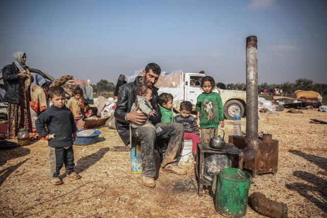 Una familia en un refugio de de la ciudad de Maarat Misrin, en el noroeste de Siria.