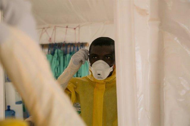 El doctor Thomas Massaquoi, del 34 Military Hospital, Trials Clinician: RAPIDE-TKM trial team, contra el ébola