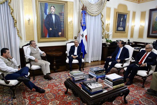 Danilo Medina recibe a la misión electoral de la OEA