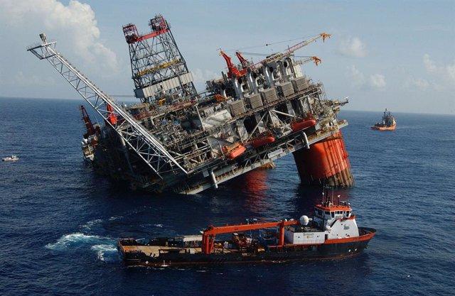 Daños en una plataforma petrolíofera por el huracán Dennis