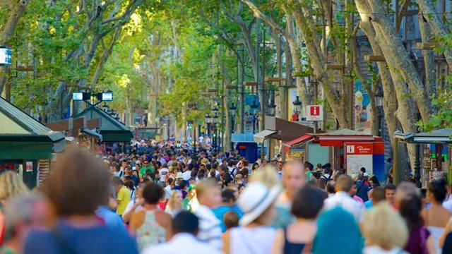 La Rambla (Barcelona) plena de gent en una foto d'arxiu.