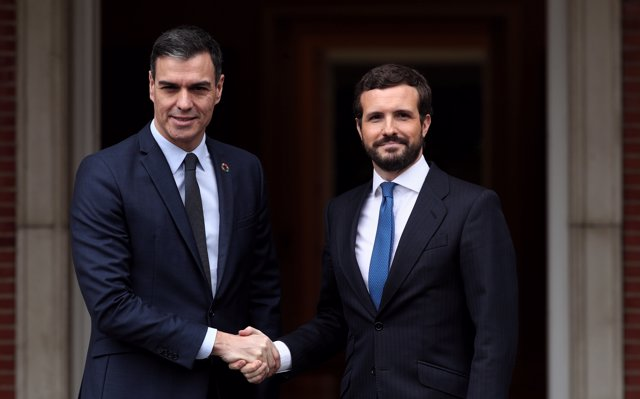 Arranca la reunión entre Sánchez y Casado en Moncloa