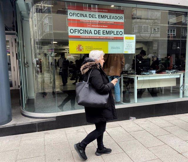 Una de cada cinco mujeres con empleo percibieron como máximo 707 euros brutos al