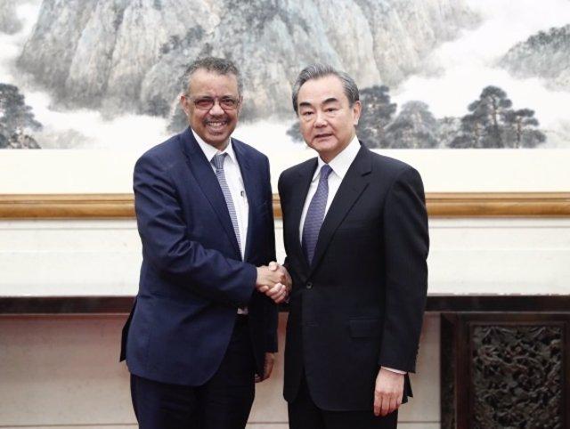 El Consejero de Estado y Ministro de Relaciones Exteriores de China, Wang Yi, se reúne con el Director General de la Organización Mundial de la Salud (OMS), Tedros Adhanom Ghebreyesus, en Beijing, capital de China, el 28 de enero de 2020.