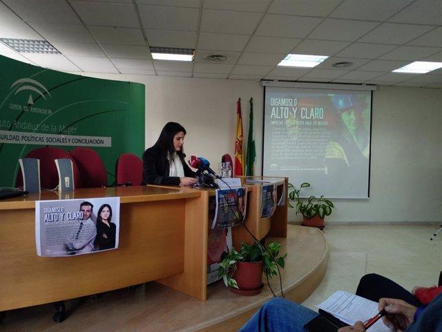 La asesora de programas del Instituto Andaluz de la Mujer (IAM), María Encarnación Santiago, presenta una campaña contra el acoso laboral