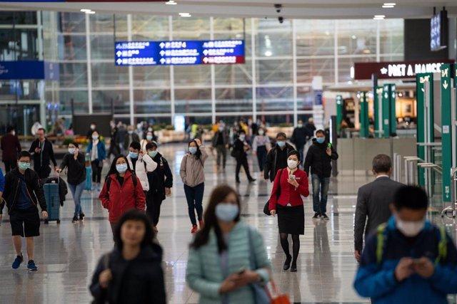 Pasajeros en un aeropuerto de Hong Kong durante la crisis del coronavirus.