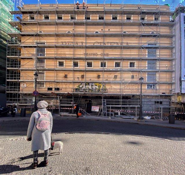 """Real Cinema de la Plaza de Isabel II en Madrid con andamios para su próxima demolición, un día después de que la Asociación Madrid Ciudadanía y Patrimonio registrara un escrito en el que solicita la protección """"urgente"""" del edificio del Real Cinema ante e"""
