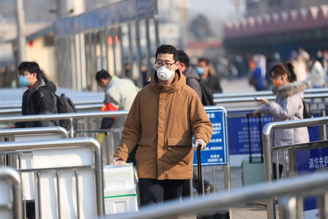 10 February 2020, China, Beijing: A man wears a face mask at Beijing railway station, amid the outbreak of the coronavirus. Photo: Li Yue/SIPA Asia via ZUMA Wire/dpa
