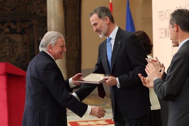 El Rey Felipe entrega el Premio Nacional 'Gregorio Marañón' de Investigación 2019 (categoría Medicina) al cardiólogo Valentín Fuster, en la ceremonia de entrega de los galardones en el Palacio de El Pardo