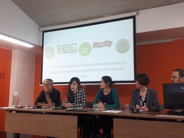 Representantes de movimientos por el clima durante la valoración de la declaración de emergencia climática de Barcelona