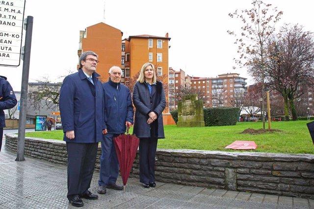 El alcalde de Bilbao, Juan Mari Aburto, la presidenta de las Juntas Generales de Bizkaia, Ana Otadui, y el presidente de  Zorrotza Auzo Elkartea, Moisés Arce, descubren una placa junto al retoño del Árbol de Gernika.