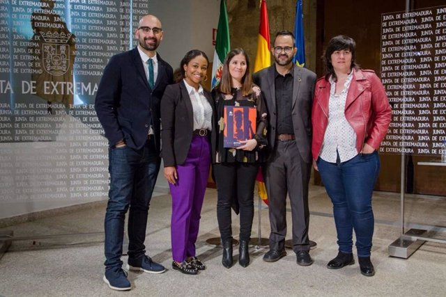 La consejera de Igualdad y portavoz, Isabel Gil Rosiña, recibe a representantes de lucha contra la violencia LGTBI en Colombia