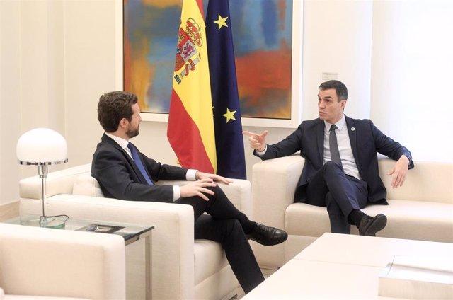 El presidente del Gobierno, Pedro Sánchez (dech) y el presidente del PP, Pablo Casado (izq), durante su reunión en el Palacio de La Moncloa, en Madrid (España), a 17 de febrero de 2020.
