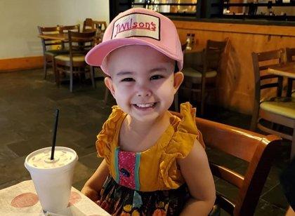 Un restaurante abre una hora antes para atender a una niña de tres años con leucemia