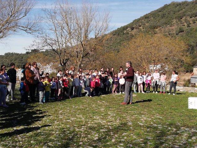 Escolares de Galaroza participan de la liberación de un milano real recuperado.